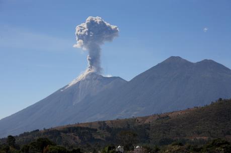 Mexico gấp rút sơ tán người dân khỏi khu vực núi lửa Fuego phun trào