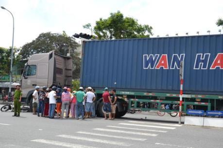 Đà Nẵng: Xe container gây tai nạn cuốn xe máy vào gầm xe