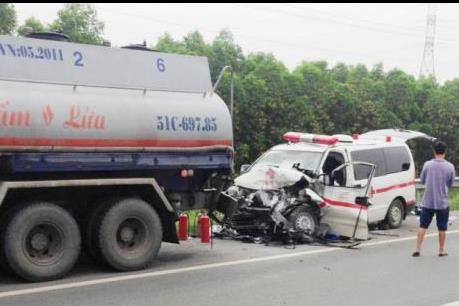 Xe cấp cứu đâm đuôi xe bồn trên cao tốc Long Thành - Dầu Giây gây thương vong