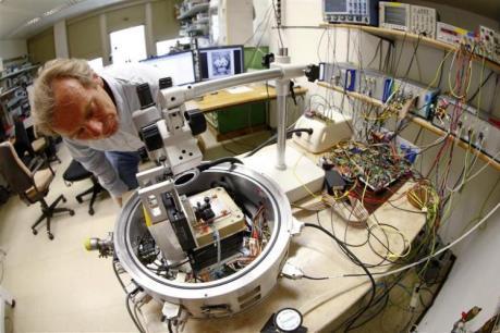 Các nhà khoa học chế tạo hạt nano silicon mang theo thuốc điều trị ung thư