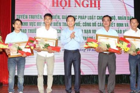 Trao tặng Huân chương và Bằng Khen về công tác cứu người vụ chìm tàu trên sông Hàn