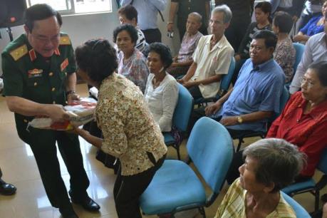 Bác sỹ Việt Nam khám, mổ mắt từ thiện cho người dân Campuchia
