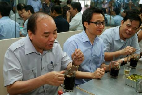 """Thủ tướng Nguyễn Xuân Phúc làm """"thực khách"""" quán ăn đường phố tại Thành phố Hồ Chí Minh"""