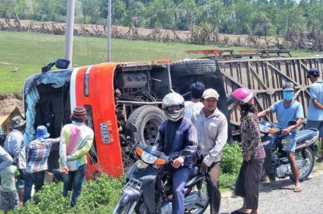 Lật xe tải chở công nhân ở Campuchia, hơn 50 người bị thương