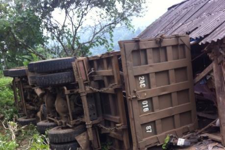 Xe tải lật đè vào nhà dân, 3 người may mắn thoát chết