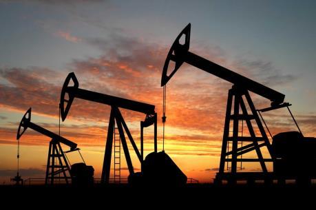 Giá dầu giảm từ mức cao nhất trong vòng một năm qua