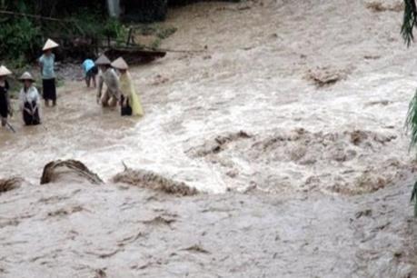 Xót xa một nữ sinh bị nước lũ cuốn trôi