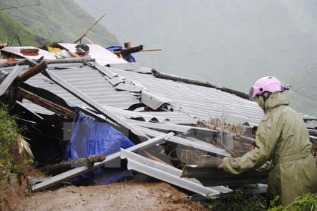 Ảnh hưởng áp thấp nhiệt đới: Lốc xoáy làm tốc mái và sập đổ hoàn toàn gần 100 nhà dân
