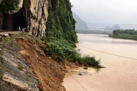 Ảnh hưởng áp thấp nhiệt đới: Phong tỏa đoạn đường sắt qua Quảng Bình do sạt lở mái ta luy