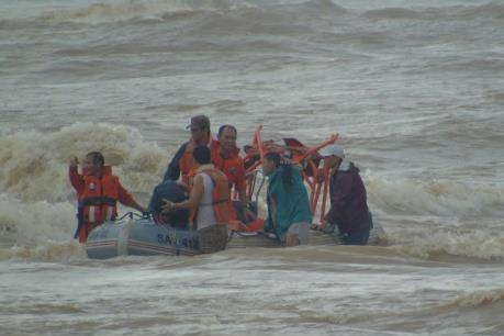Cứu nạn thành công 4 thuyền viên bị mắc kẹt do ảnh hưởng hoàn lưu bão số 6