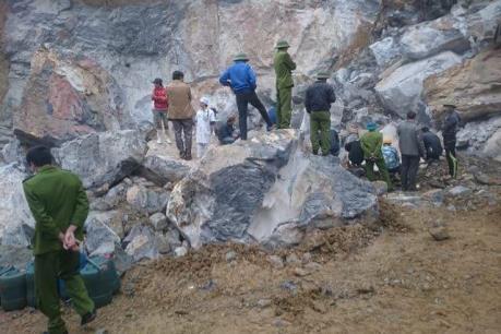 Nghệ An: Sập mỏ đá 4 người thương vong