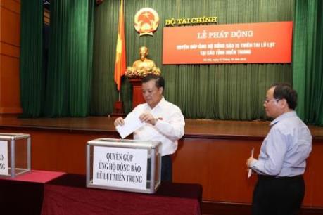 Ngành nông nghiệp, tài chính ủng hộ đồng bào các tỉnh miền Trung bị thiệt hại do lũ lụt