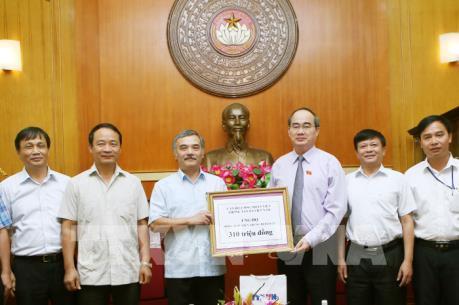 Chủ tịch Ủy ban Trung ương MTTQ Việt Nam tiếp nhận ủng hộ đồng bào miền Trung
