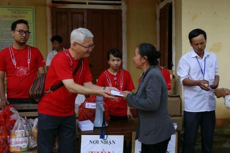 Canon trao quà cứu trợ 600 hộ dân vùng lũ miền Trung