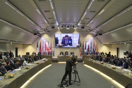 Quan chức các nước trong và ngoài OPEC họp bàn về dầu mỏ tại Vienna