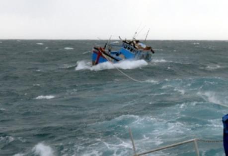 Phú Yên: Cứu 04 ngư dân bị nạn trên biển