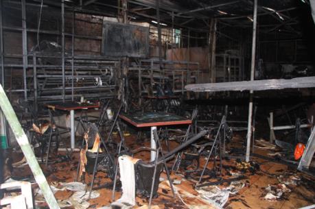 Cháy lớn tại dãy cửa hàng điện thoại, tạp hóa