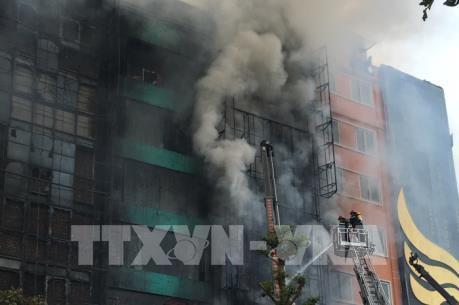 Vụ cháy lớn trên phố Trần Thái Tông: Bước đầu khống chế đám cháy