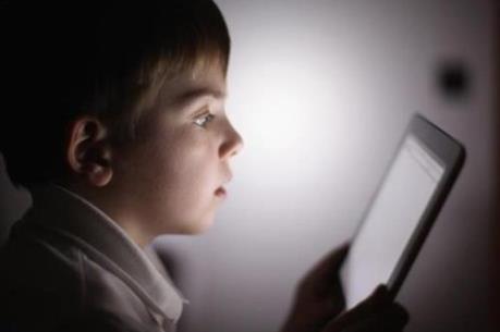 Dùng điện thoại trước khi ngủ có tác hại thế nào?