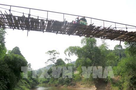 Hàng chục cầu treo ở Yên Bái xuống cấp, người dân đối mặt với nguy hiểm