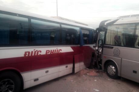 Quảng Ninh: Xe khách va chạm xe du lịch, 3 người bị thương nặng