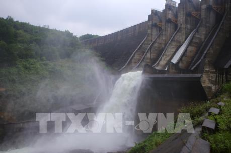 Khắc phục lưới điện các tỉnh miền Trung do mưa lũ