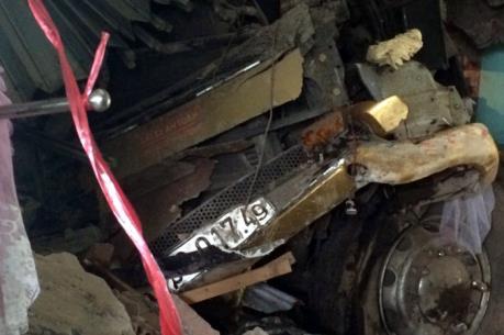 Xe đầu kéo đâm vào nhà dân khiến hai người thiệt mạng