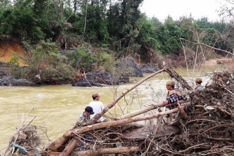 Một thanh niên bị nước lũ cuốn trôi trên đường đi làm về