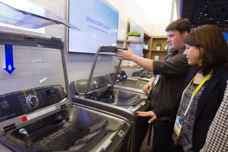 """Người tiêu dùng ưa chuộng sản phẩm của Samsung đón thêm """"tin dữ"""""""