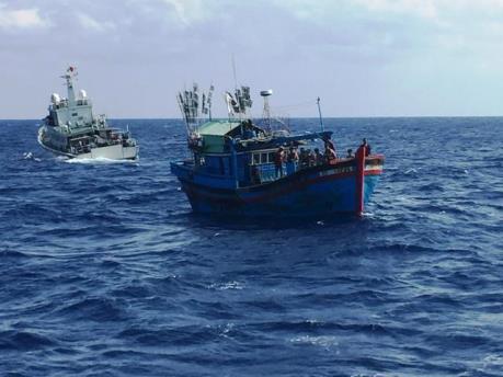 Bến Tre cứu thành công 2 tàu cá bị mắc cạn
