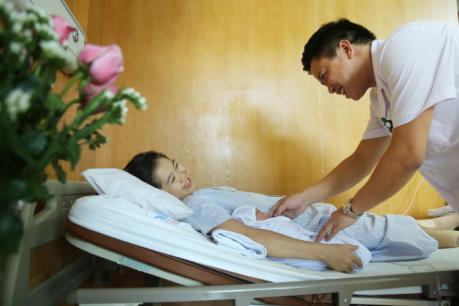 Cháu bé đầu tiên ra đời từ phương pháp thụ tinh nhân tạo tại Phú Thọ