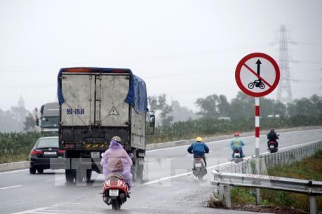 """Người dân """"vô tư"""" đi xe máy trên cao tốc Hà Nội – Bắc Giang mặc biển cấm"""