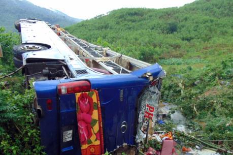 Xe khách giường nằm lật ngửa làm 2 người chết, 14 người bị thương