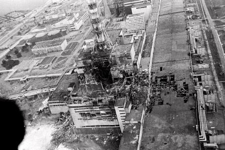 Chụp khối thép khổng lồ lên lò phản ứng số 4 của Nhà máy điện nguyên tử Chernobyl