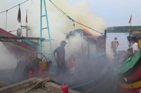 Đưa 14 thuyền viên trên tàu bị cháy vào bờ an toàn