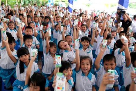 Quỹ sữa Vươn cao Việt Nam và Vinamilk tiếp tục trao tặng sữa cho trẻ em tại Cần Thơ