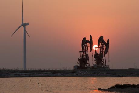 Giá dầu châu Á giảm do dự trữ của Mỹ tăng mạnh hơn dự kiến