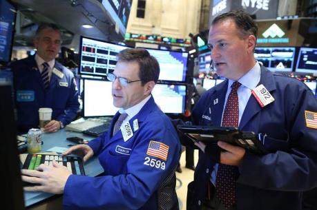 Chỉ số Dow Jones lần đầu tiên cán mốc 19.000 điểm