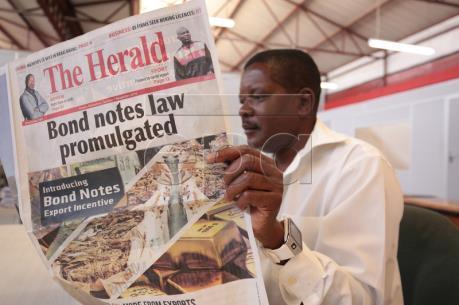 Zimbabwe phát hành tiền trái phiếu có mệnh giá tương đương đồng USD