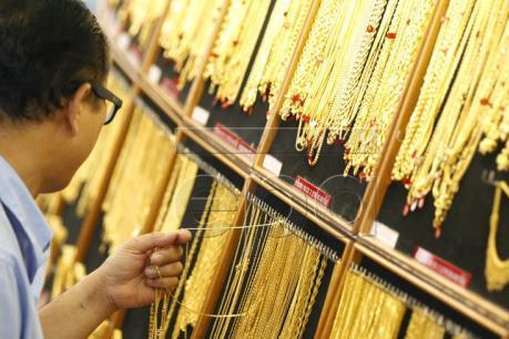 Giá vàng thế giới áp sát mức thấp nhất của 10 tháng qua
