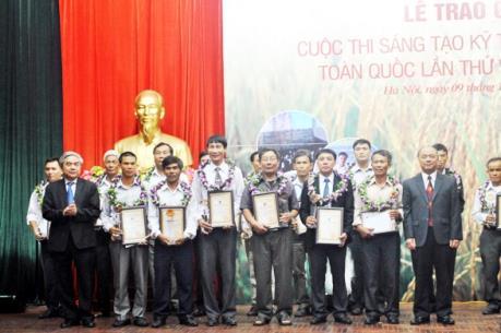 Tự chế nhiều máy móc phục vụ sản xuất nông nghiệp