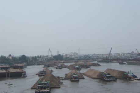 Tạm giữ 6 sà lan vận chuyển hàng nghìn mét khối cát trái phép