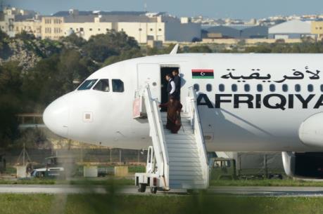 Diễn biến mới nhất vụ cướp máy bay Libya: Những hành khách đầu tiên rời khỏi máy bay
