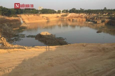 Bắt 2 đối tượng khai thác trái phép hàng triệu khối đất gần sân bay Nội Bài