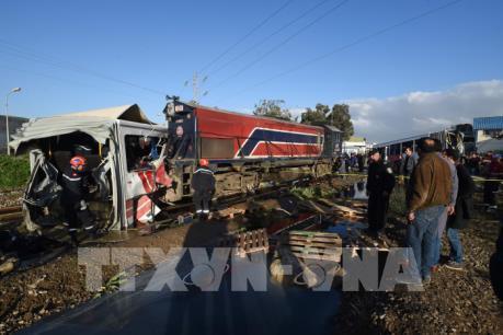 Tàu hỏa đâm vỡ đôi xe buýt khiến gần 60 người thương vong