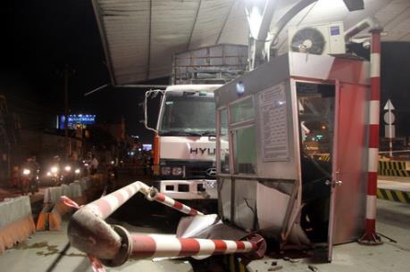 Xuất hiện nhiều vụ xe tải đâm vào trạm thu phí cầu Đồng Nai