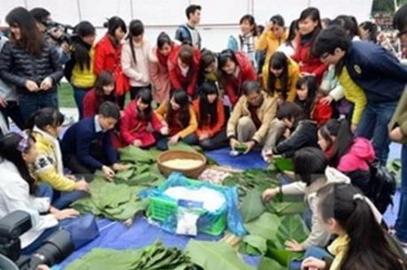 Gói hàng ngàn bánh chưng xanh giúp người khó khăn đón Tết Đinh Dậu
