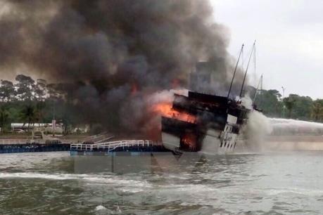 Cháy tàu du lịch trên vịnh Hạ Long