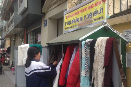 Ấm áp tủ quần áo từ thiện giữa lòng Thủ đô