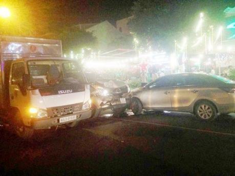 Tai nạn giao thông liên hoàn giữa bảy xe ô tô, một người bị thương